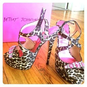 Betsey Johnson limited edition leopard satin 5 inc